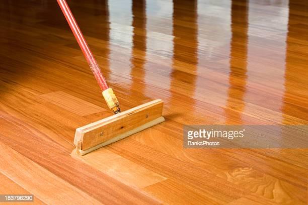 Gummischrubber Stil Brush Hilfe der Anwendung klarer Polyurethan, Holzboden