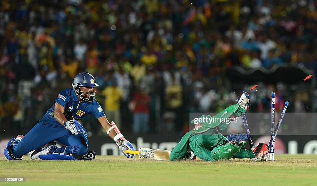 Sri Lanka cricketer Tillakaratne Dilshan (L) is runout by South African wicketkeeper AB de Villiers (R) during the ICC Twenty20 Cricket World Cup match between South Africa and Sri Lanka at The Mahinda Rajapaksa International Cricket Stadium in Hambantota on September 22, 2012. AFP PHOTO / Ishara S