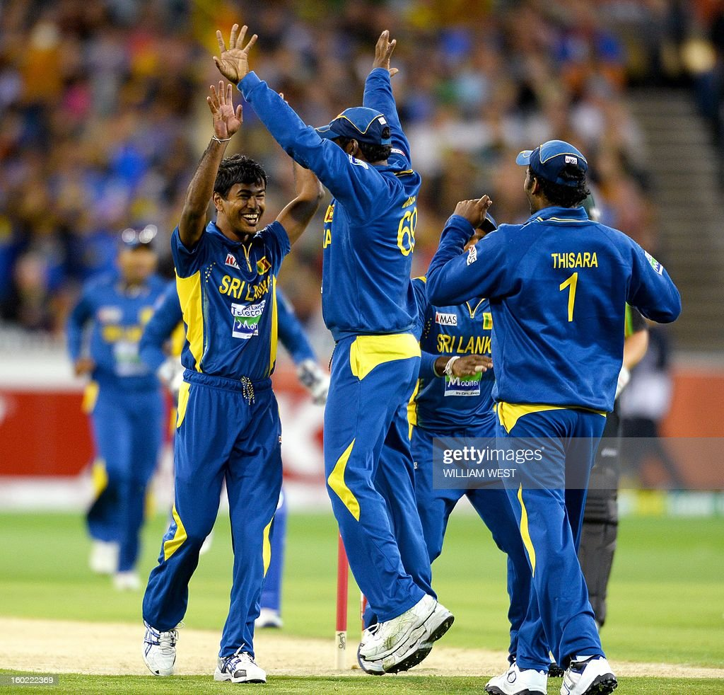 Sri Lankan bowler Nuwan Kulasekara (2/L) is congratulated by teammates after dismissing Australian batsman David Warner during their Twenty20 match played at the Melbourne Cricket Ground (MCG), on January 28, 2013. AFP PHOTO/William WEST USE