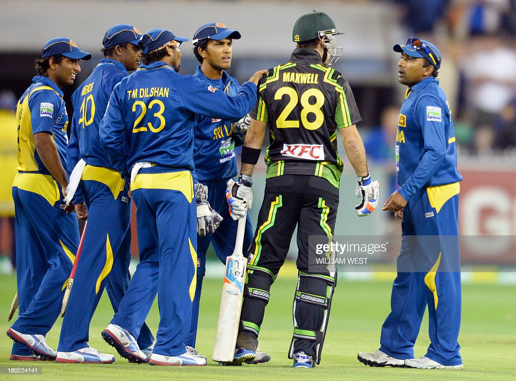 Sri Lankan captain Mahela Jayawardene (R) and his teammates confront Australian batsmen Glenn Maxwell (2/R) after the final ball in their Twenty20 match played at the Melbourne Cricket Ground (MCG), on January 28, 2013. AFP PHOTO/William WEST USE