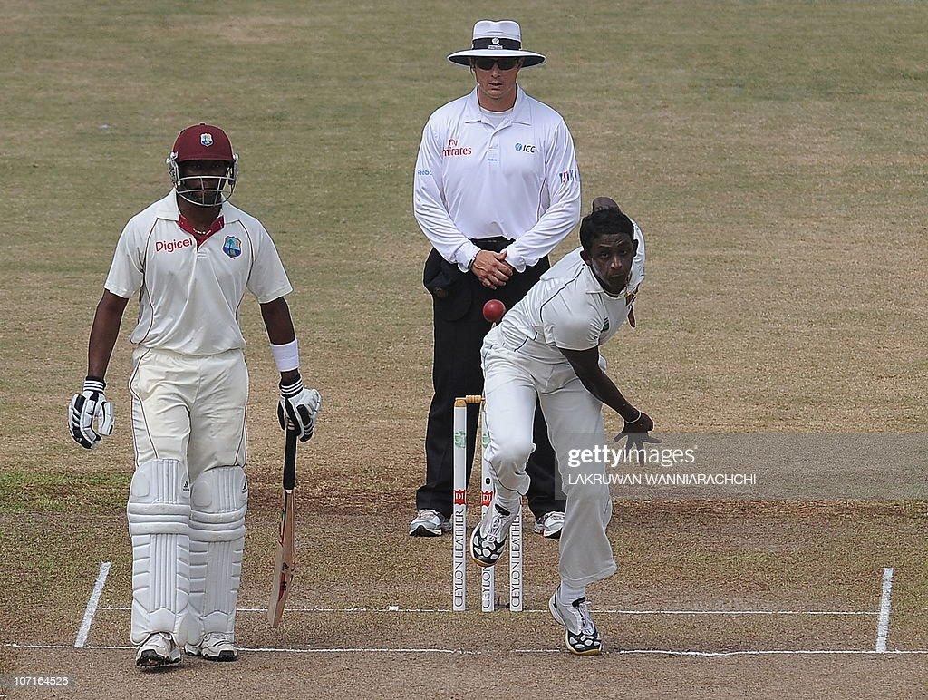 Sri Lankan cricketer Ajantha Mendis (R) : News Photo