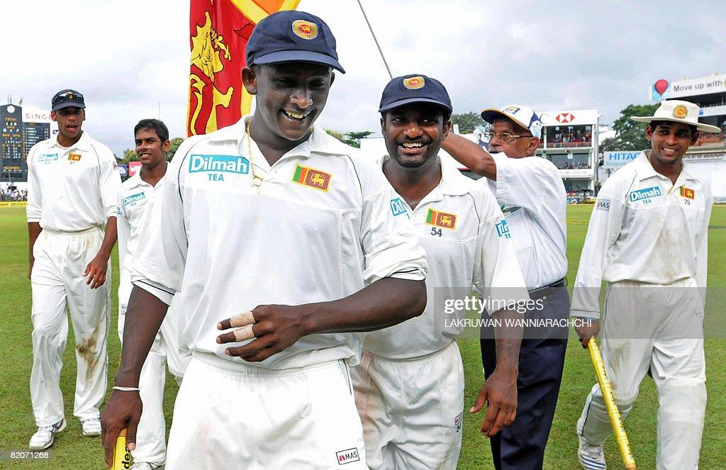 Sri Lankan cricketers Ajantha Mendis (C/ : News Photo