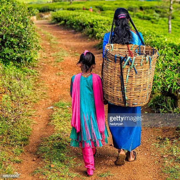 Sri Lankan bambina con la madre, Nuwara Eliya, Sri Lanka