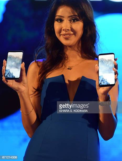 A Sri Lankan model displays Samsung Galaxy S8 smartphones during the ceremony to launch the phone in Colombo on April 21 2017 / AFP PHOTO / Ishara S...