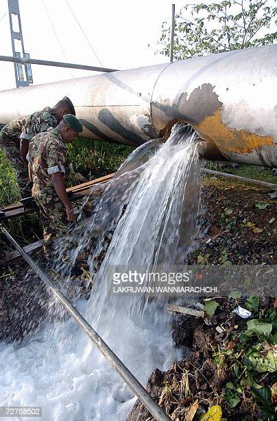Sri Lankan police commandos inspect the damage triggered by a blast on a pipeline at Boralesgamuwa near the capital Colombo 07 December 2006 A...
