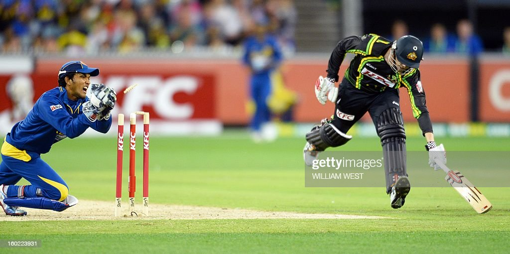 Sri Lankan wicketkeeper Dinesh Chandimal (L) attempts to runout Australian batsman Shaun Marsh (R) during their Twenty20 match played at the Melbourne Cricket Ground (MCG), on January 28, 2013. AFP PHOTO/William WEST IMAGE
