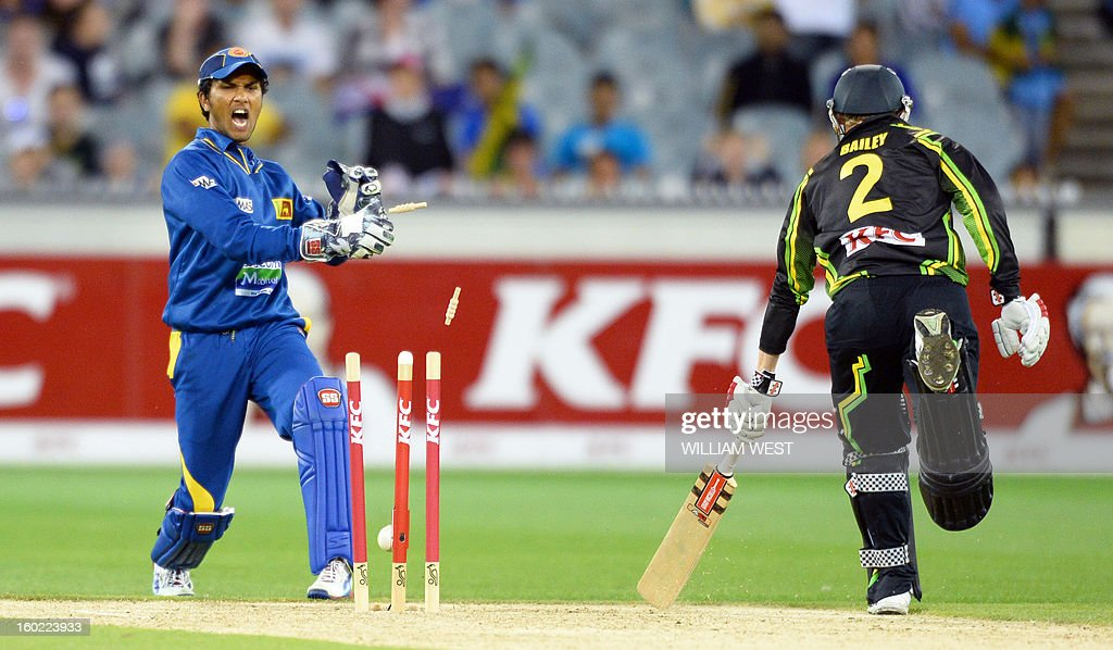 Sri Lankan wicketkeeper Dinesh Chandimal (L) attempts to runout Australian batsman George Bailey (R) during their Twenty20 match played at the Melbourne Cricket Ground (MCG), on January 28, 2013. AFP PHOTO/William WEST IMAGE