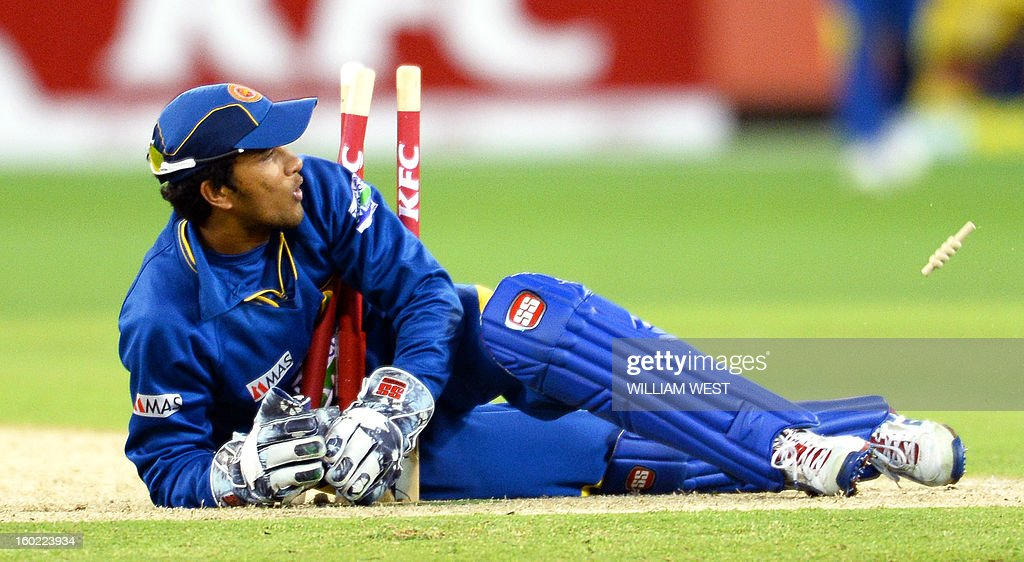 Sri Lankan wicketkeeper Dinesh Chandimal attempts to runout Australian batsman Shaun Marsh during their Twenty20 match played at the Melbourne Cricket Ground (MCG), on January 28, 2013. AFP PHOTO/William WEST IMAGE