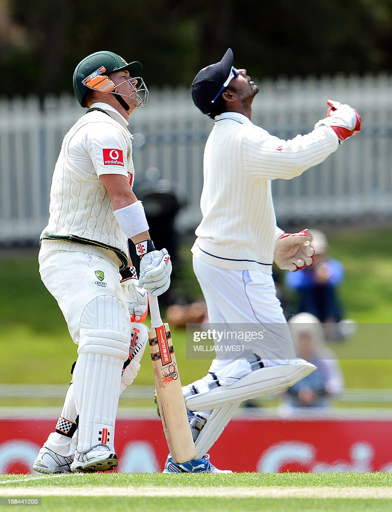 Sri Lankan wicketkeeper Prasanna Jayawardene (R) celebrates catching Australian batsman David Warner (L) on the fourth day of the first cricket Test match, in Hobart on December 17, 2012. AFP PHOTO/William WEST IMAGE