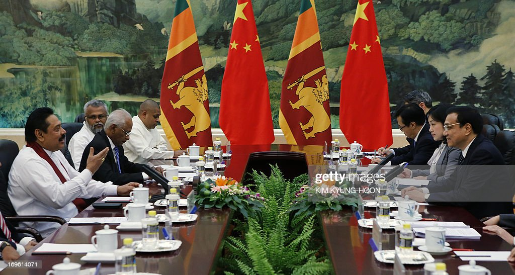 Sri Lanka's President Mahinda Rajapaksa (L) speaks to China's Premier Li Keqiang (R) during their meeting at the Great Hall of the People in Beijing on May 29, 2013. Mahinda Rajapaksa is on a two-day visit to China. AFP PHOTO / POOL / Kim Kyung-Hoon