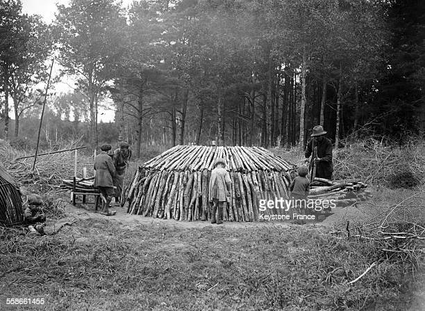 Série sur la fabrication de charbons de bois dans la forêt de Chambord France en 1931