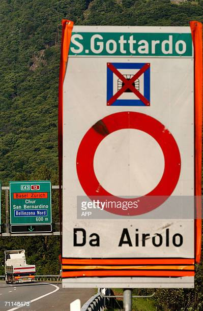 A sign indicates the closure of the Gotthard tunnel 07 June 2006 one of the few major trunk roads between Italy and northern Europe d following a...