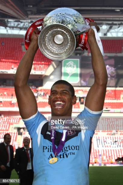 St Helens' Leon Pryce celebrates with the Carnegie Challenge Cup