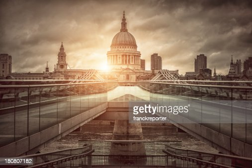 St. Paul's Cathedral y al Millenium bridge at sunrise