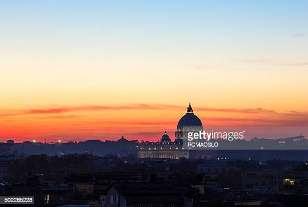 Basilica di San Pietro silhouette al tramonto, Città del Vaticano Roma Italia