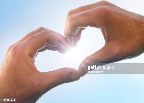 St. Valentine Händen auf blauen Himmel
