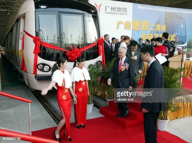 Staatsbesuch Bundeskanzler Gerhard Schröder in der Volksrepublik China 0112 Bundesverkehrsminister Manfred Stolpe übergibt in festlichem Rahmen in...