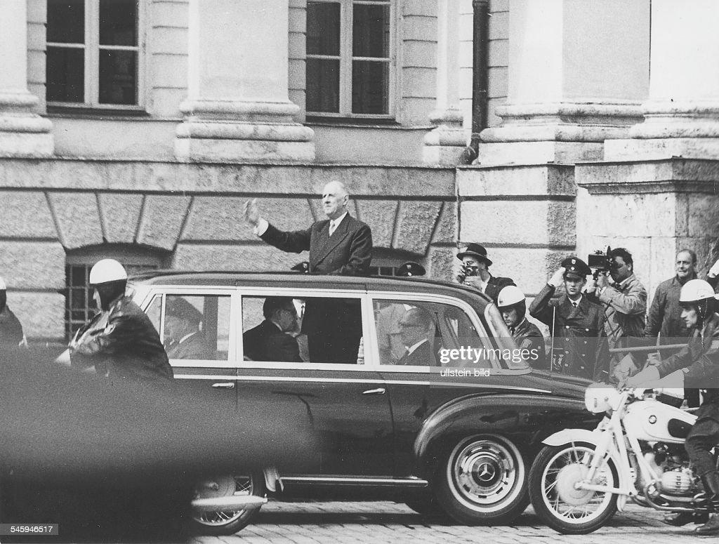 la gamme 300 d'après guerre Staatsprsident-charles-de-gaulle-in-mnchen-fahrt-im-offenen-wagen-picture-id545946517