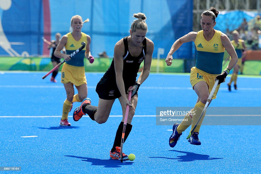 Stacey Michelsen of New Zealand runs past Madonna Blyth of Australia during a quarterfinal match at Olympic Hockey Centre on August 15 2016 in Rio de...