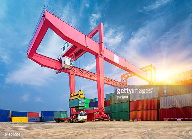 Pilha de contentores de carga no docks