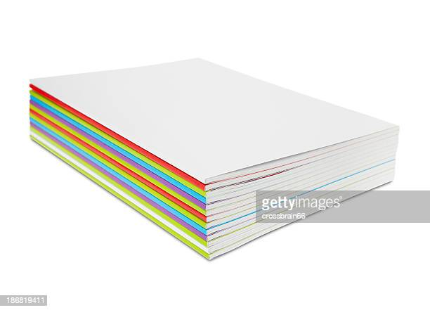 Pile de magazines colorés et blanc vide