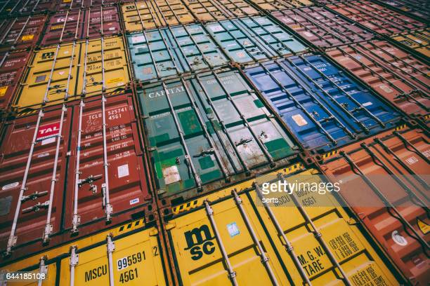 Stapel von bunten Ladungsbehälter auf der Anklagebank