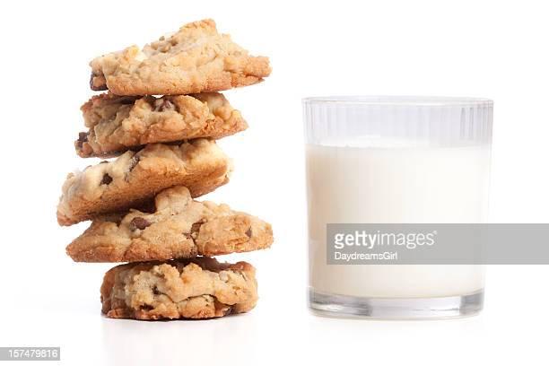Pile de biscuits et de lait isolé sur fond blanc