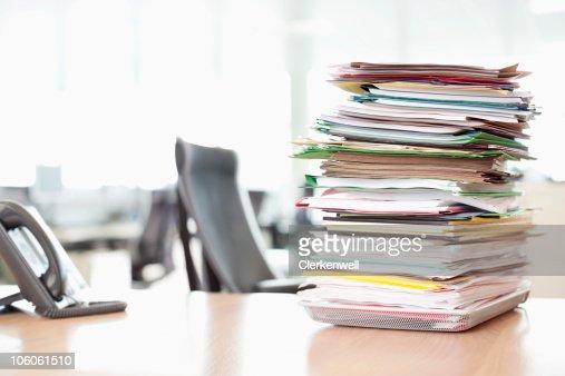 Pila de archivos en la bandeja cerca de teléfono en la oficina