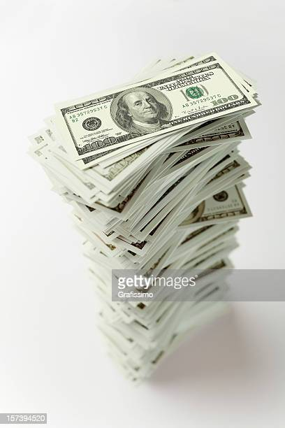 Stapel von Hundert-dollar-Noten in der Hand