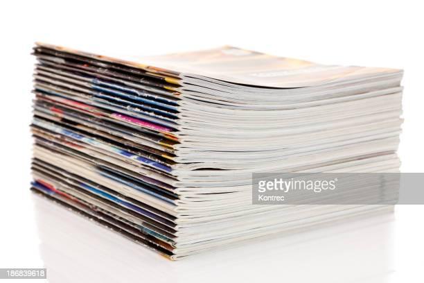Pile de magazines isolé sur fond blanc