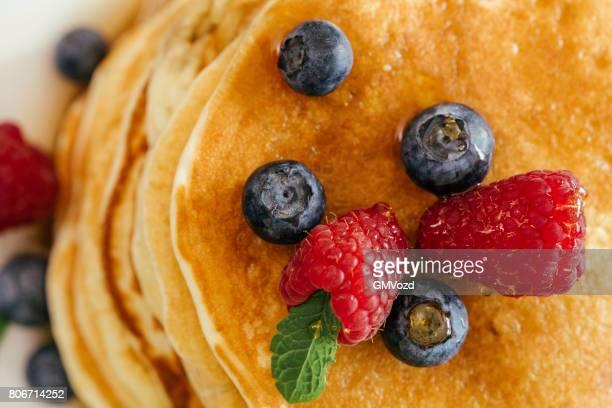 Stapel von Pfannkuchen mit Ahornsirup und frischen Beeren