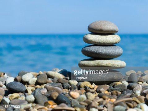 Pilha de pedras na praia : Foto de stock
