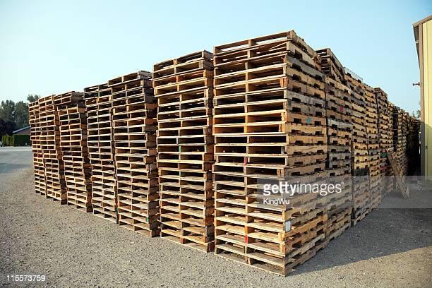 Pila di pallet di legno