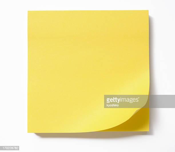 Isolato colpo di vuoto giallo sticky note su sfondo bianco