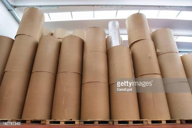 Gestapelte spools von Papier in der Lagerhalle mit Print-Firma