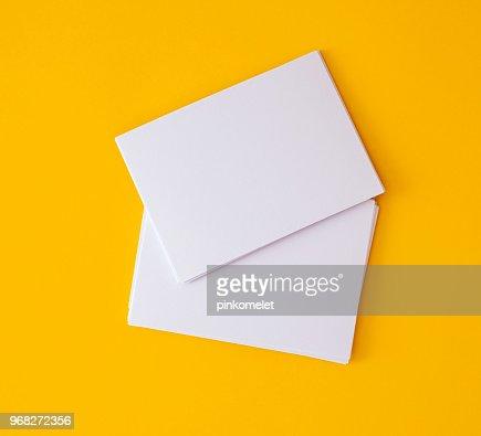 empilage de maquette vide blanc business carte sur fond jaune vibrant, modèle pour la conception de marque d'entreprise : Photo