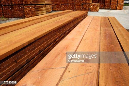 stapel von nur mit markantem millkorn redwood holz stock foto getty images. Black Bedroom Furniture Sets. Home Design Ideas