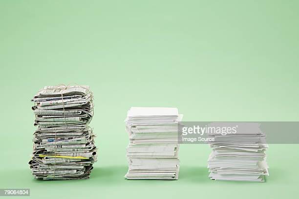 Pile di carta e quotidiani in una riga