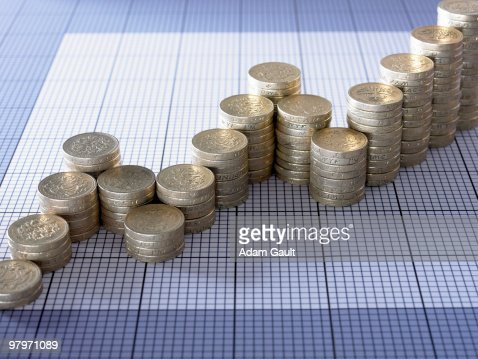 Stacks of pound coins forming ascending graph : ストックフォト