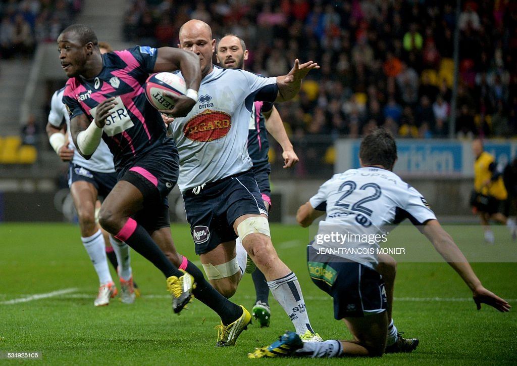 Stade Francais Paris' French fullback Djibril Camara (L) runs with the ball during the French Top 14 rugby union match between Agen and Stade Français on May 28, 2016 at the MMArena Stadium in Le Mans, northwestern France.