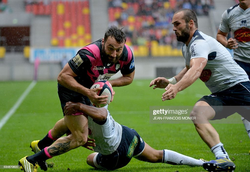 Stade Francais Paris' French wing Jeremy Sinzelle (L) scores a try during the French Top 14 rugby union match between Agen and Stade Français on May 28, 2016 at the MMArena Stadium in Le Mans, northwestern France.