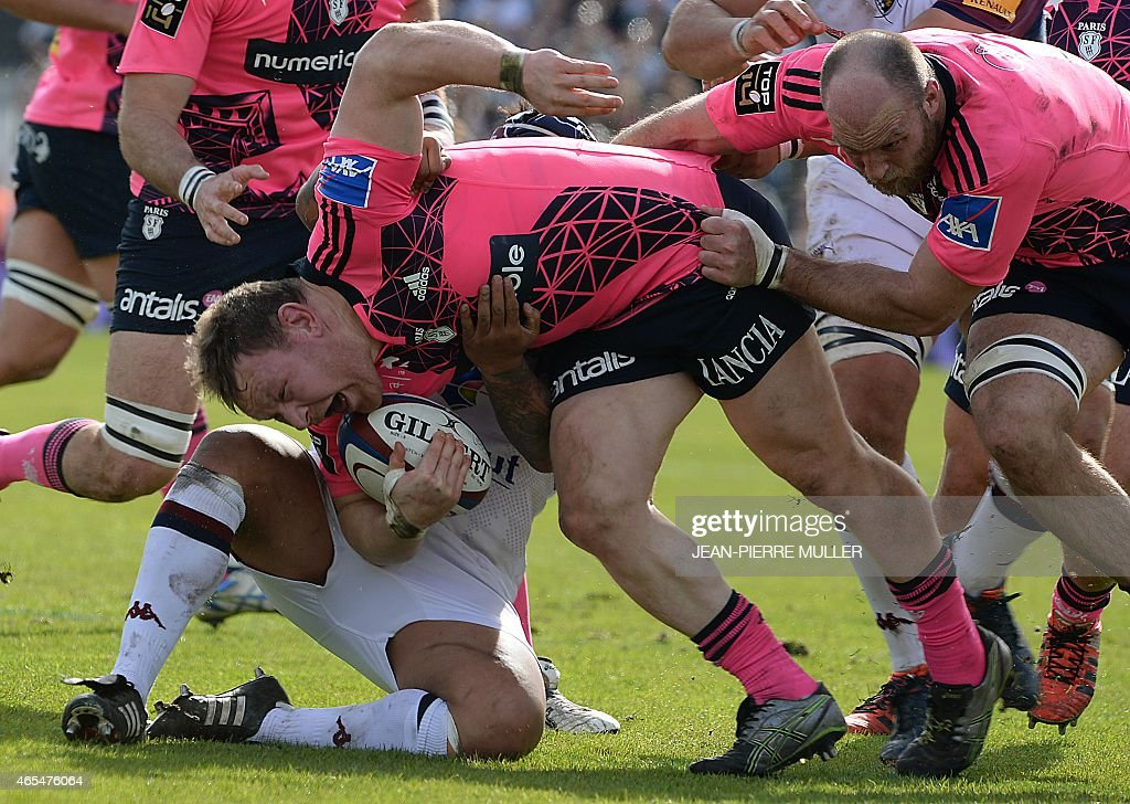 Stade Francais Paris' hooker Aled De Malmanche (C) fights for the ball during the French Top 14 rugby union match between Bordeaux and Stade Francais Paris at Chaban-Delmas stadium in Bordeaux, southwestern France, on March 7, 2015.