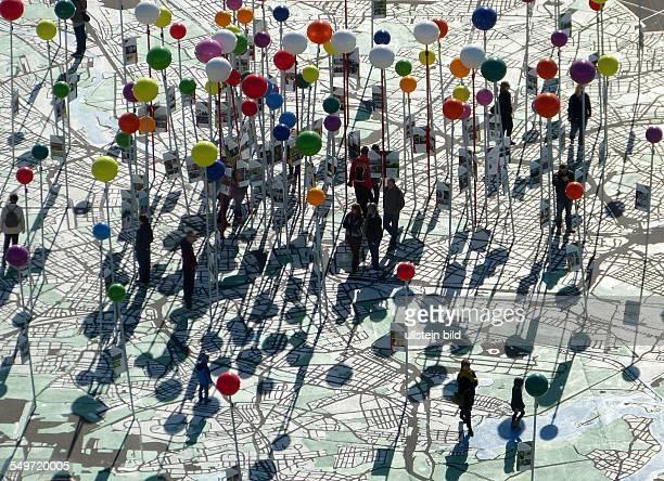Stadtplan Berlin OpenAirAusstellung auf dem Schlossplatz 'Stadt der Vielfalt' ein riesiger Stadtplan im Massstab 1775 zum 775 Geburtstag Berlins