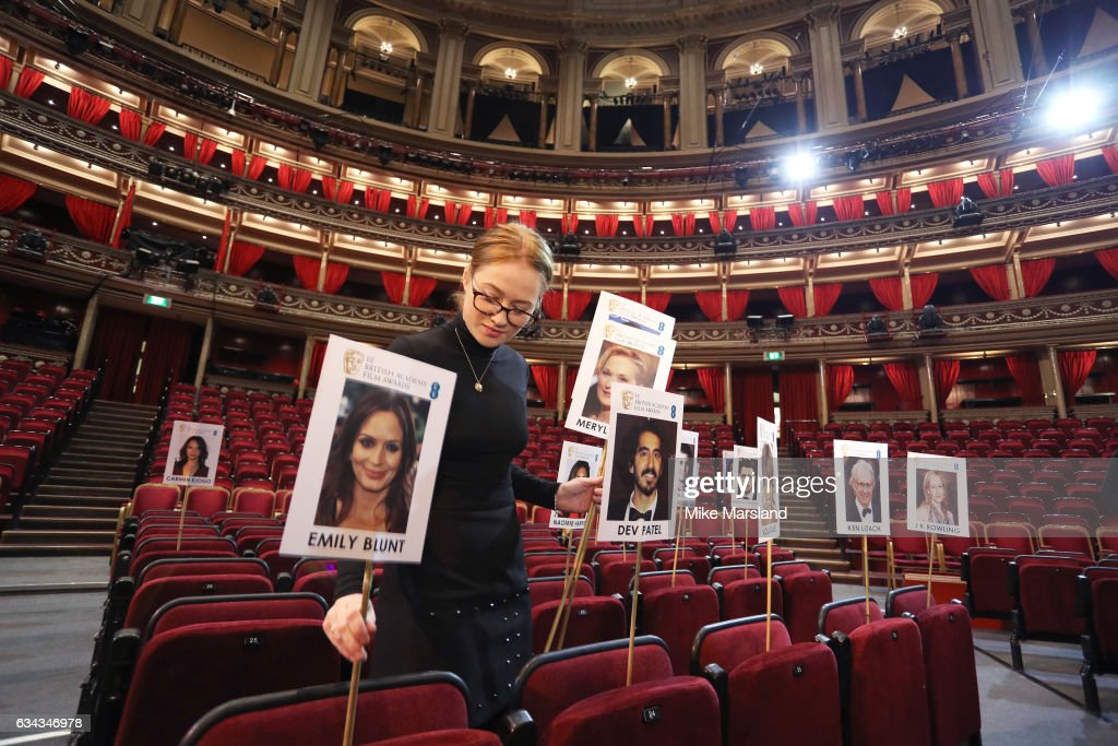 staff-lay-out-heads-on-sticks-marking-the-seating-plan-at-the-royal-picture-id634346978