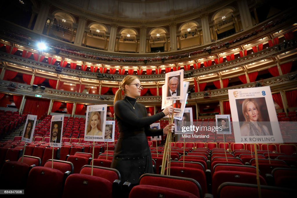 staff-lay-out-heads-on-sticks-marking-the-seating-plan-at-the-royal-picture-id634347008