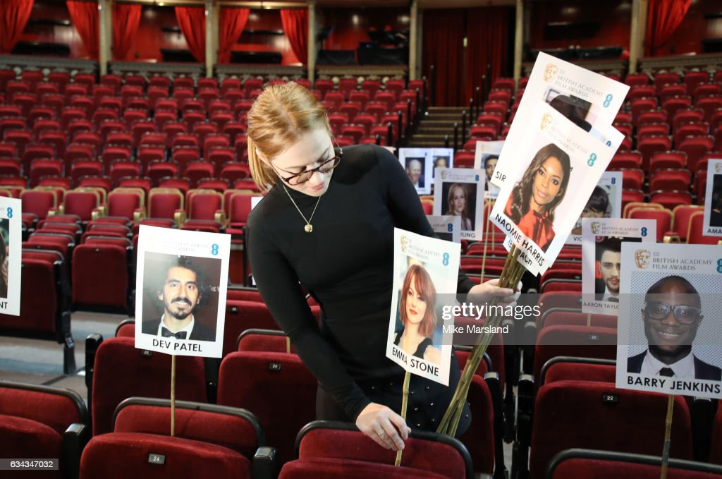 staff-lay-out-heads-on-sticks-marking-the-seating-plan-at-the-royal-picture-id634347032