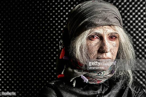 Bühnenschminke Maske Transformationsprozesses Junge Frau in Snior Großmutter