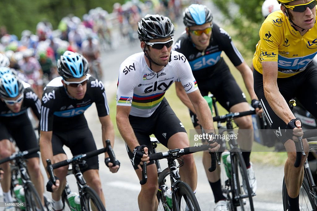 Stage winner, Great Britain's Mark Cavendish (C) rides with his teammates and Overall leader's yellow jersey, British Bradley Wiggins (R) in the 222,5 km and eighteenth stage of the 2012 Tour de France cycling race starting in Blagnac and finishing in Brive-la-Gaillarde, southwestern France, on July 20, 2012.