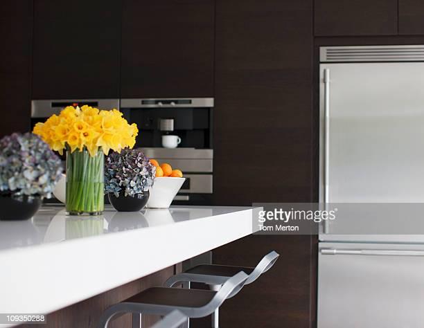 ステンレス鋼製の冷蔵庫でモダンなキッチン