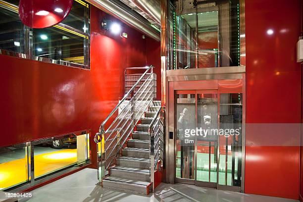 Escalier et un ascenseur dans un Garage de stationnement